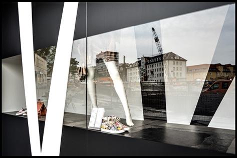 Stuttgart-2015-Dorotheenquartier-23-Druck-40x60-Breuninger-Schaufenster-in-schwarz-Stand-02