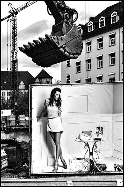 Stuttgart-2015-Dorotheenquartier-28-Druck-60x90-s-w-V02-Breuninger-Baustelle-mit-Plakat-Model-mit-Tisch