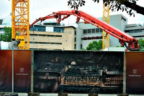 Stuttgart-2015-Dorotheenquartier-30-Blick-vom-Karlsplatz-auf-Baustelle-+-Betonpumpe-40x60-volle-Auflösung