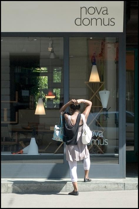 Basel 2007 Frau vor CasaNova