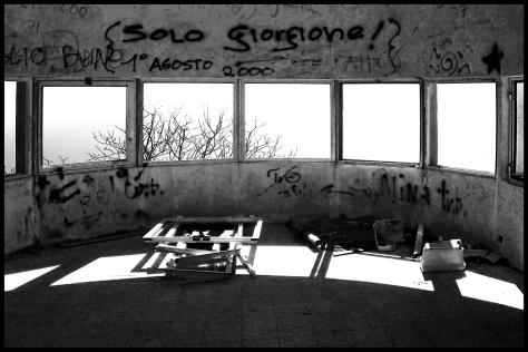 Cinque-Terre-2008-o.T-Marinegebäude-Rundum-Fenster-s-w-