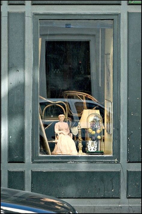 Paris 2010 Schaufenster mit sitzender Keramikfigur 2010_05_04 Kopie