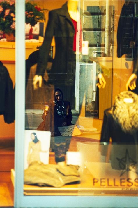 Paris Schaufenster mit Bettlerin