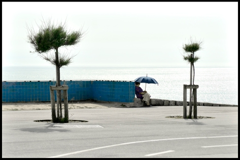 Porto 2011 Frau am Meer mit Sonnenschirm farbig 20,3x30,4 Druck 2012_05_09 Kopie