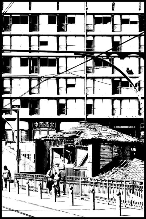 Portugal 2011 Kaputtes Haus vor Bürogebäude in Altstadt Porto s-w Kopie