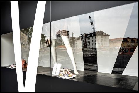 Stuttgart 2015 Dorotheenquartier 23 Druck 40x60 Breuninger-Schaufenster in schwarz Stand 02
