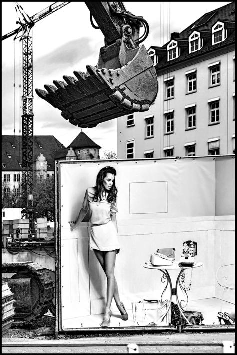 Stuttgart 2015 Dorotheenquartier 28 Druck 60x90 s-w V02 Breuninger Baustelle mit Plakat Model mit Tisch