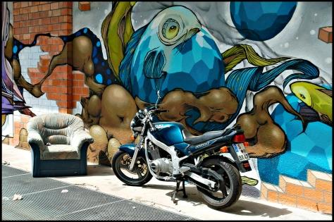 Stuttgart 2015 Motorrad vor Graffiti Kopie